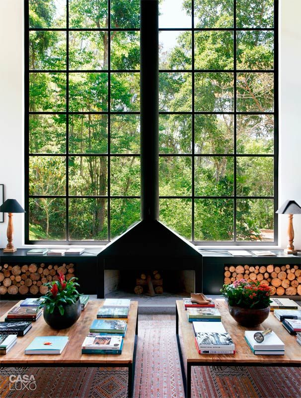 Nos janelões, a vista da mata preservada tem o peso de uma obra de arte.