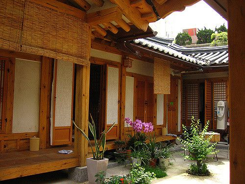 I stayed in an area of Seoul known as the Bukchon Hanok Village. The area is known for having preserved many of the traditional Hanok style houses, and many of them are available to rent as Guesthouses. Tres Chic!