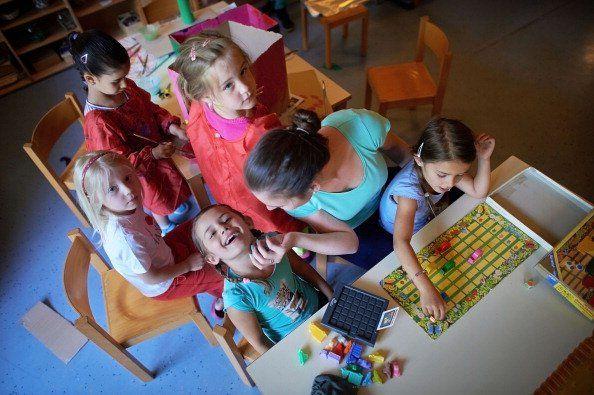 Die Erziehung unserer Kinder ist wohl eine der schwierigsten Aufgaben der neueren Zeit. Zu viele verschiedene erziehungswissenschaftliche Ansätze und die oftmalige Überforderung der Eltern durch mangelnde Zeit und Unsicherheit, lassen Kinder heute all zu oft als kleine Tyrannen erscheinen. Brauchen wir wieder einen gesellschaftlichen Konsens?