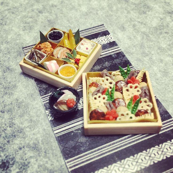 nunu先生のお節教室が 先週土曜で終了。 お正月はとっくに過ぎてますけど 博多雑煮も並べてみました。 . 今さらですけど ほんっっっっとに今さらですけど 今年もよろしくお願いいたします w . #新年会楽しかったなぁ♡ #IGと顔が一致しなくて困ったw #instagramjapan #dailyinstagram #dailylife  #japan #fukuoka #miniature #dollhouse #kawaii #midstream #miniaturefood #osechi #hakatazouni #ミニチュア #ドールハウス #小さいもの #かわいいもの #日本 #福岡 #日々の暮らし #博多雑煮 #お節 #博多織 #ミニチュアフード #ハレノヒケノヒ