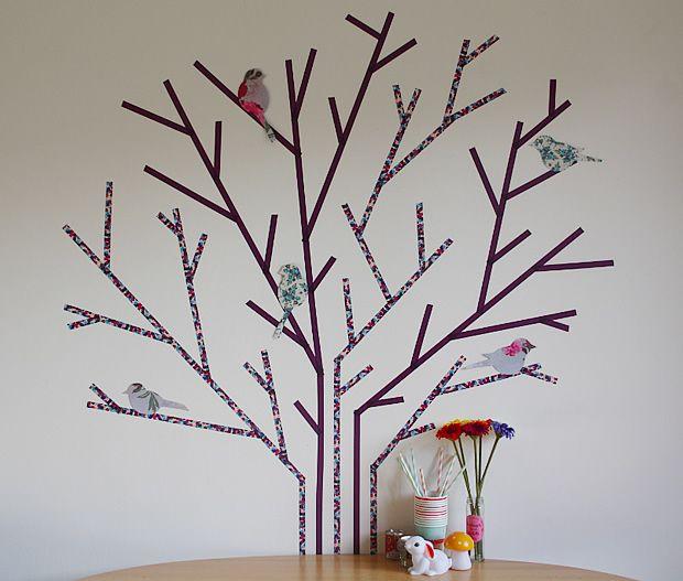 Réaliser un arbre en masking tape : http://www.modesettravaux.fr/tuto-arbre-masking-tape/