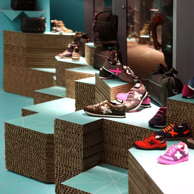Karton bútorok - pop up store shop Munich shoe sneaker exhibitor produced by Cartonlab.