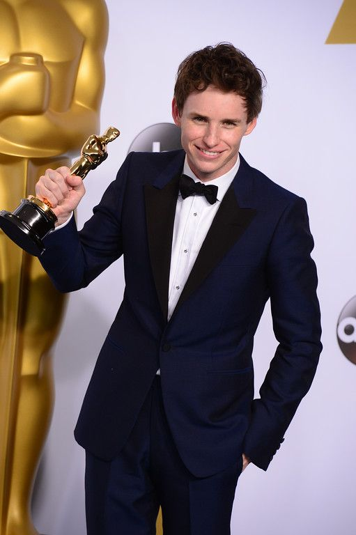 "Description of . Eddie Redmayne poses backstage with the Oscar for best Actor in a Leading Role for ""The Theory of Everything"" at the 87th Academy Awards on Sunday, Feb. 22, 2015. (Photo by David Crane / Los Angeles Daily News)"