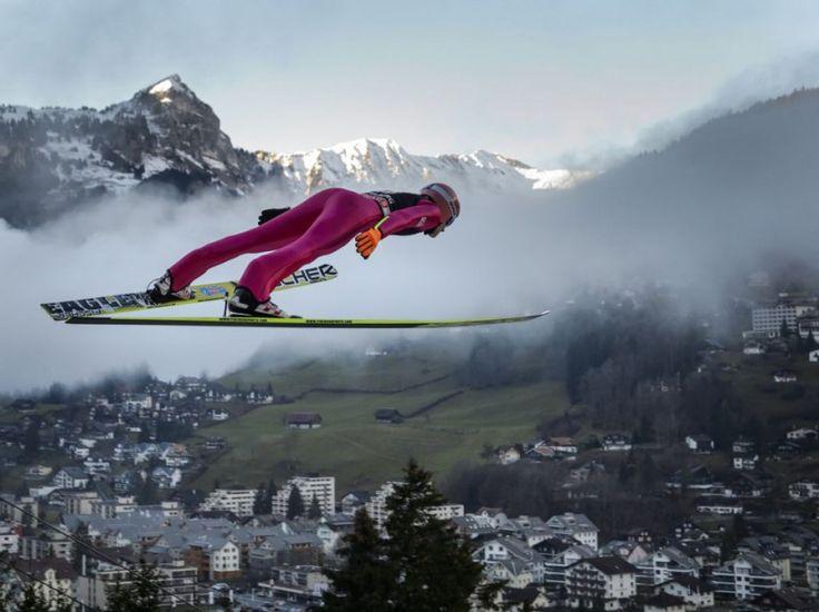 Le Polonais Dawid Kubacki à l'horizontale dans le cadre de la Coupe du monde de saut à ski à Engelberg, en Suisse, le 20 décembre 2014  PHOTO FABRICE COFFRINI