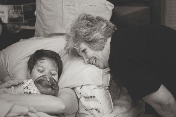 Matki pomagają córkom przy porodzie - 15 niesamowicie emocjonalnych zdjęć