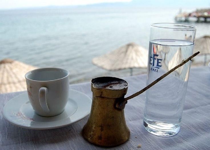 A legtöbb kávézóban egy csésze kávé mellé egy pohár vizet is felszolgálnak. Ennek a tradíciónak jótékony hatása van, mert így a kávé íze jobban és több ideig érezhető, de nem ez az egyetlen oka. Egy alkaloid jó, de kettő még jobb Eszpresszó, amerikai kávé, kapucsínó, tejes kávé – több féle[...]