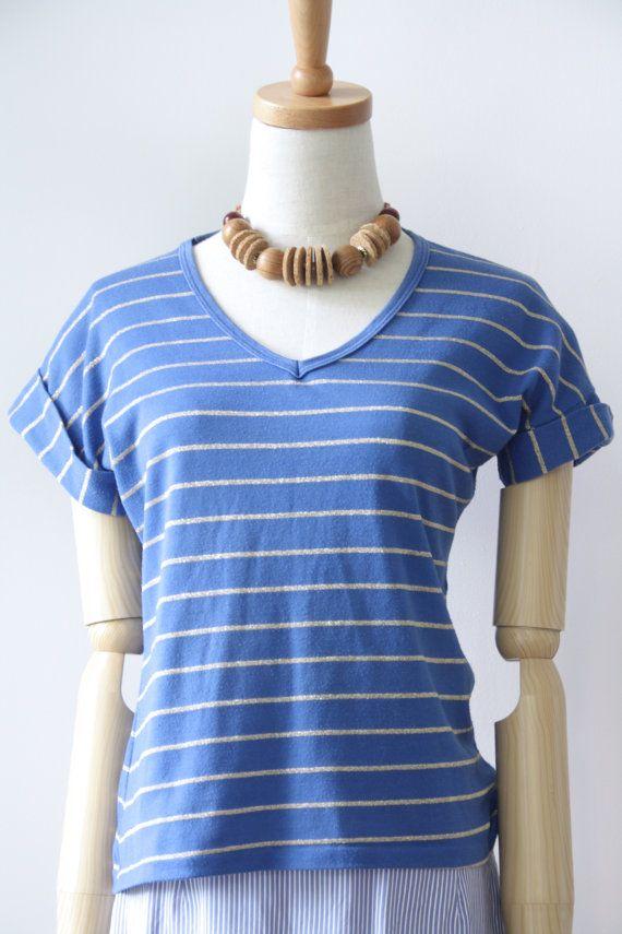 Cielo blu e oro vintage t-shirt. T-shirt vintage a righe. V collo vintage t-shirt. Metallico t-shirt