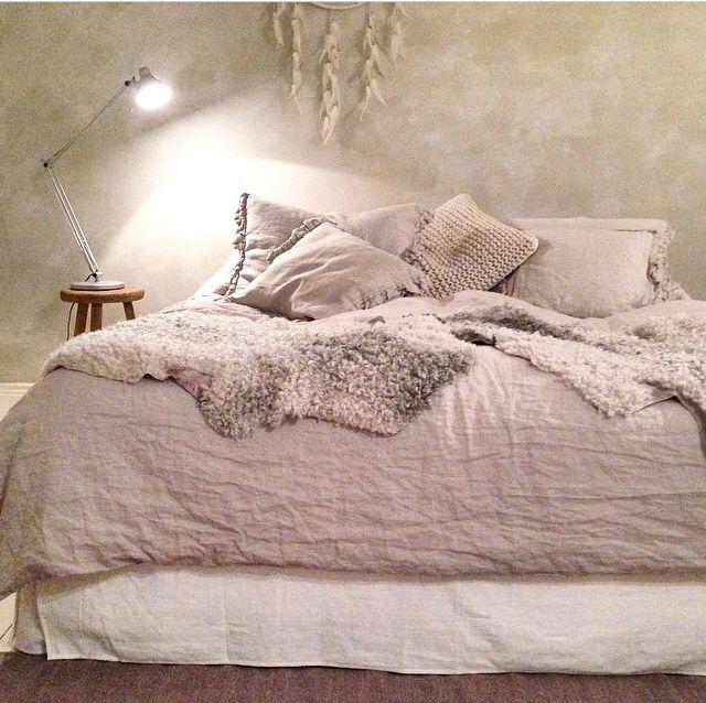 Mysigt sovrum. Jag gillar sängkappan och fårskinnen lite extra.