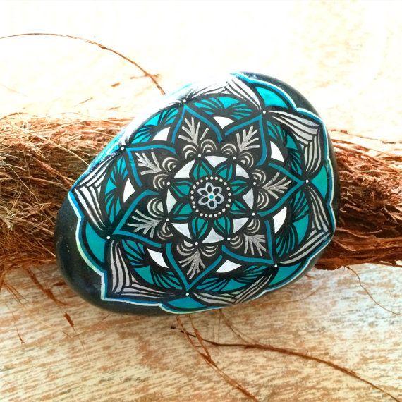Belle Roche Mandala peint à la main Façade de Pierre a son fond noir naturel avec un blanc, Aqua, argent et noir et mandala Dos de Pierre possède