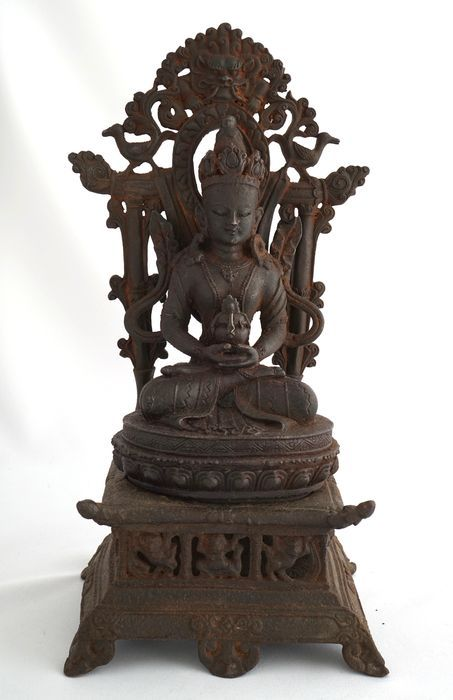 Imposante ijzeren Bodhisattva op troon - China - eind 20e eeuw - Catawiki