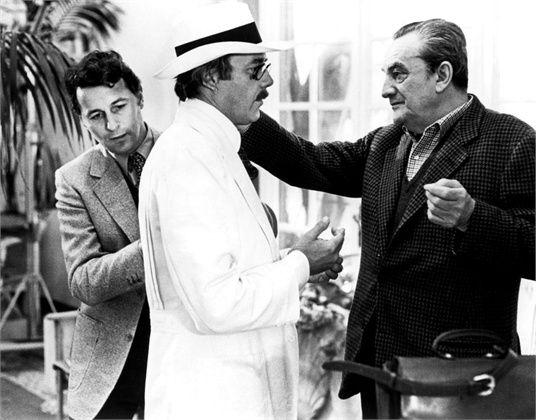 """Dirk Bogarde, Luchino Visconti y Piero Tosi en el set de """"Muerte en Venecia"""" (1971)"""