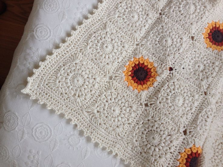 Detalle pie de cama crochet, sunburst granny square borde punto picot