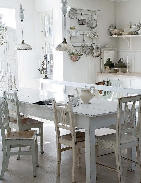 white kitchenDecor, Dining Room, Vintage Chic, Vintage Kitchens, Shabby Chic, Kitchens Tables, Wire Baskets, Farms Tables, White Kitchens