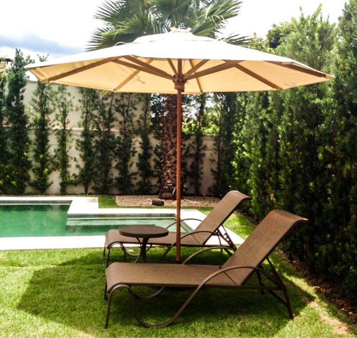 O ombrelone é uma peça fundamental quando se trata de projetos paisagísticos. Além de úteis, oferecem sombra e protegem dos raios solares, e ganhou espaço no país, se tornando ótima opção como objeto de decoração para jardim.