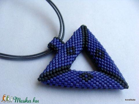 Kék-szürke háromszög medálos nyaklánc (korallkata) - Meska.hu
