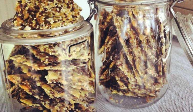 Beroendeframkallande!!! Supergott och enkelt knäcke med massa fröer och flingsalt. Byt gärna ut fröerna i receptet mot dina egna favoriter.