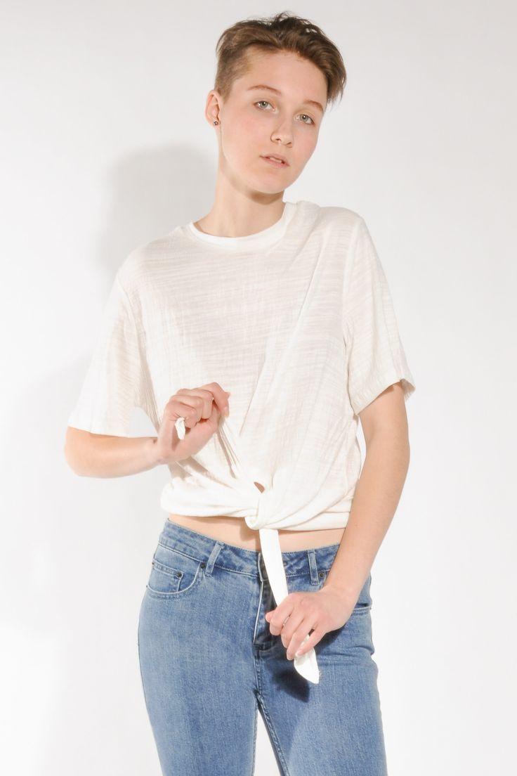 Трикотажная футболка классического кроя от австралийского бренда the Fifth. Короткий рукав, круглый воротник, свободная посадка. Спереди завязывается на узел. Рекомендуем брать ваш стандартный размер. Футболку можно приобрести на Suitster.com или у нас в шоуруме.