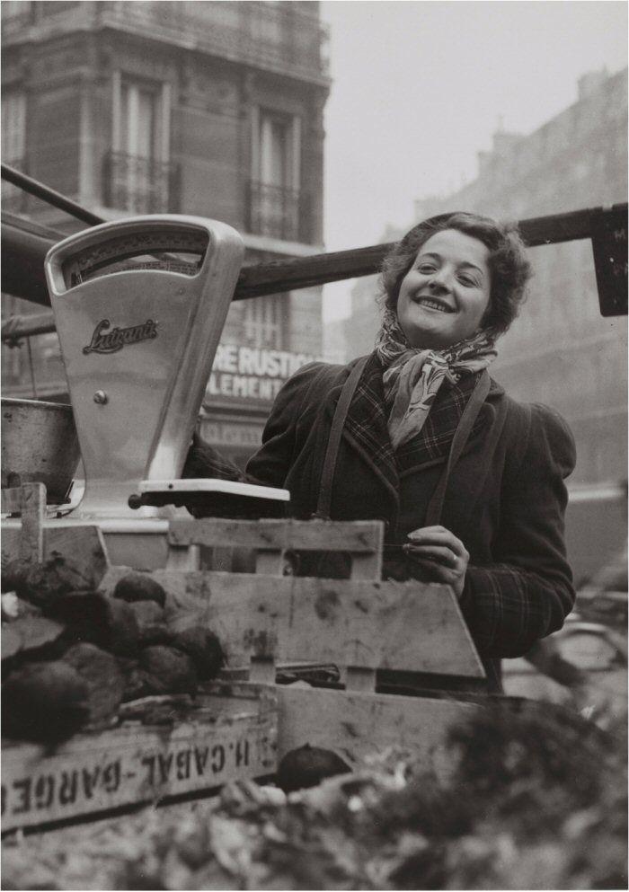 Une marchande des quatre saisons au marché du boulevard Raspail, en 1956. Une photo de © Janine Niepce.