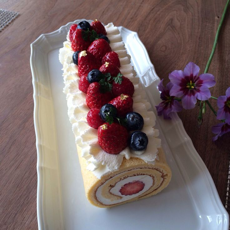 Gorgeous Roll Cake! You can decorate a simple roll cake to a gorgeous one.  3種のベリーとひらひら絞りでゴージャスロールケーキ。簡単なロールケーキもデコレーションでグレードアップ(❛ัॢᵕ❛ั ॢ)⿻⋆✩⃛*ೃ.⋆⿻ このケーキ、1時間で仕上げましたꉂ(˃̤▿˂̤*ૢ)'`