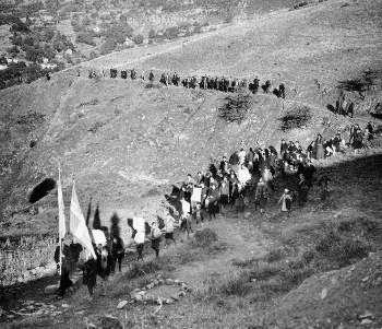 Πορεία της Σχολής Αξιωματικών του ΕΛΑΣ Πορεία προς τα Φουρνά για τα τρίχρονα του ΕΑΜ (1944)
