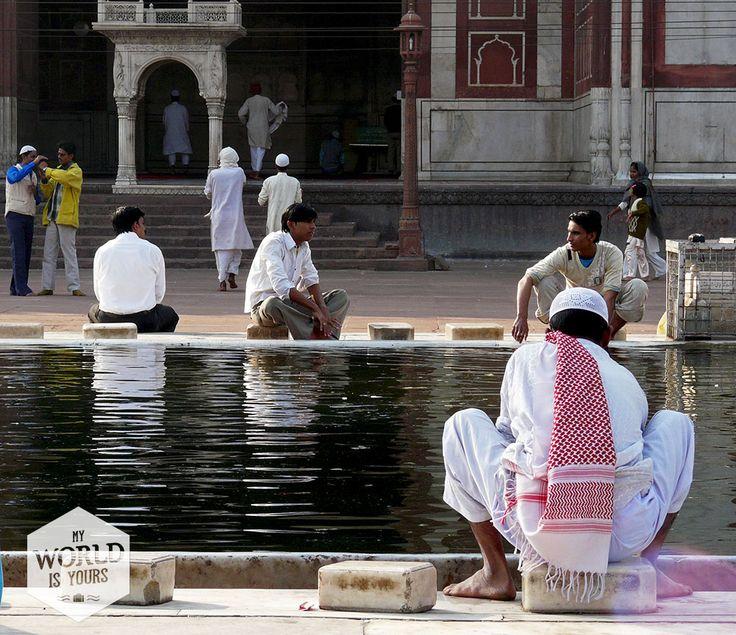 In het midden bevindt zich een rechthoekig bassin waarin mannen in djellaba en met witte hoofddeksels zich wassen voor ze de moskee ingaan. #JamaMasjid #India #Delhi #Mosque #Moskee