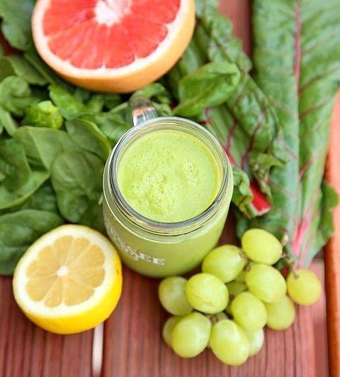 野菜や果物には「ソラレン」という紫外線を体内に吸収してしまう光毒性を持つ成分のあるものがあり、 摂取後7〜8時間かけて紫外線吸収を活性化させ、どんどん体内に吸収していきます。  ソラレンを多く含む食べ物で代表的なものは、 グレープフルーツ・レモン・オレンジ・みかん・甘夏などの柑橘類・キウイ・アセロラ・いちじく・大葉・パクチー・きゅうり・セロリ・パセリなどです。  なので朝食にキウイやグレープフルーツなど光毒性を持つ果物を食べたり、 スムージーの材料にパセリやセロリを入れたりすると、 せっせとシミの原因を作ってしまうなんてことも・