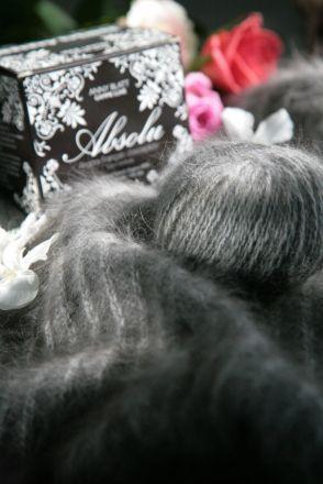 Le fil Angora Absolu d'Anny Blatt est un fil 100% angora issu d'élevages français respectueux des lapins. Le fil Angora Absolu est filé à partir de poils issus des plus anciennes races de lapins français.  Chaque pelote d'Angora Absolu d'Anny Blatt est préservée dans un coffret. Ce fil luxueux au couleurs naturelles vous apportera une incroyable douceur à travers sa fourrure dense.  #annyblatt #laine #tricot #knit #wool #rosemouton