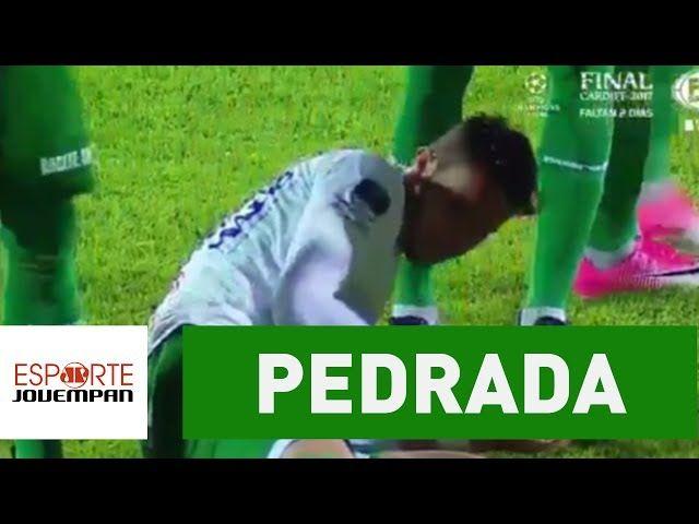 Jogador leva pedrada durante hino na Copa Sul-Americana