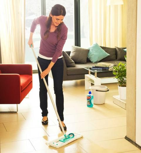 Putzplan: Wie oft Sie was sauber machen sollten: Einmal in der Woche: Bad und Böden putzen und Staubwischen