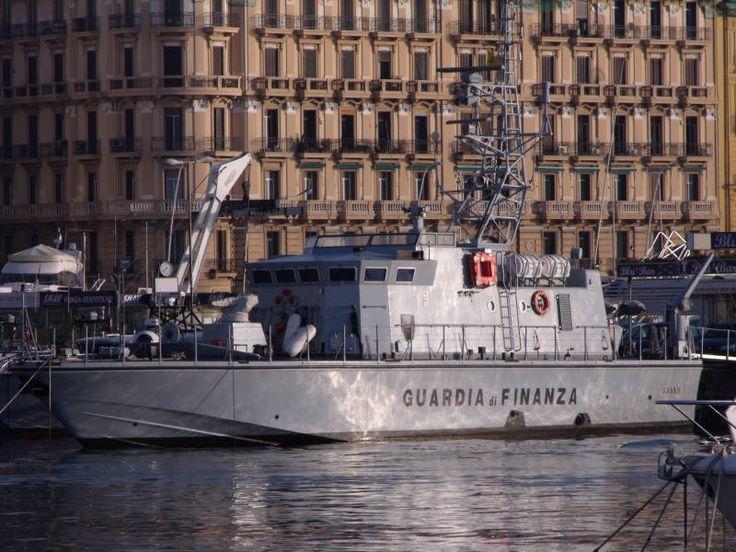 Due imbarcazioni di ultima generazione della Guardia di Finanza: il guardacosta classe Brigliani e la vedetta velocissima V5000.