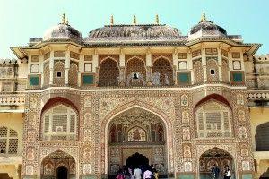 Le Rajasthan, le pays des rois, est un État du nord-ouest de l'Inde. Sa capitale est Jaipur. Le Rajasthan, terre royale ancestrale et infiniment romantique, évoque des images de princes adeptes de polo et amoureux de princesses à la beauté éblouissante. L'histoire de cette région,  autrefois appelée « Rajputana », regorge de contes et de légendes qui célèbrent l'amour et la bravoure.