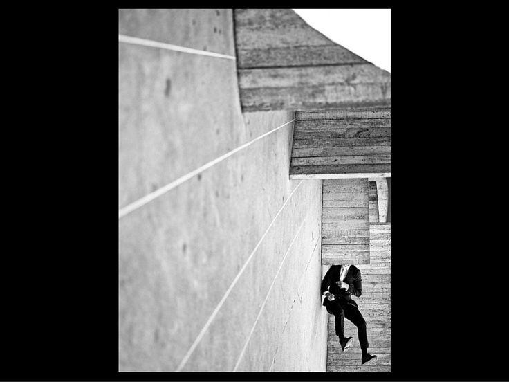 Fabiano Rodrigues completa, este ano, uma década de fotografia. Skatista profissional, o esporte entrou na vida dele muito antes, há 30 anos. E foi observando os fotógrafos que registravam suas manobras que ele passou a se interessar pela técnica, praticada com foco na relação do movimento do skate com as dimensões da arquitetura das construções que coloca emseus auto-retratos premiados e expostos em espaços importantes, como a Pinacoteca de São Paulo, o MAR - Museu de Arte do Rio, a SP…