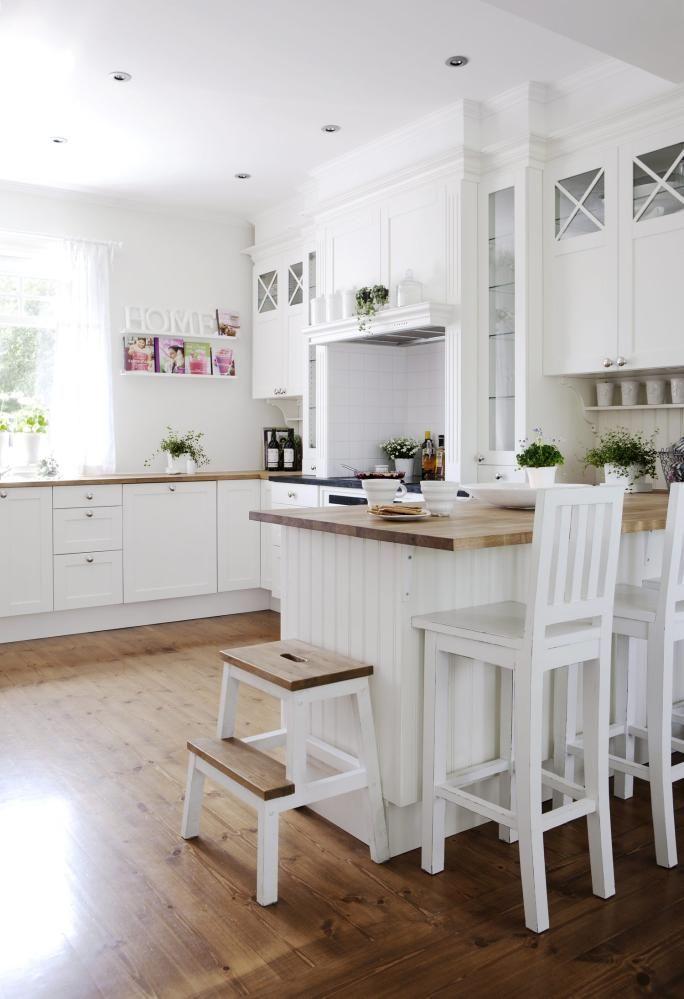 LANDLIG: Eieren så et kjøkken fra Kvänum i en avis og tegnet sitt eget drømmekjøkken ut fra det. Ovnen er fra Husqvarna.