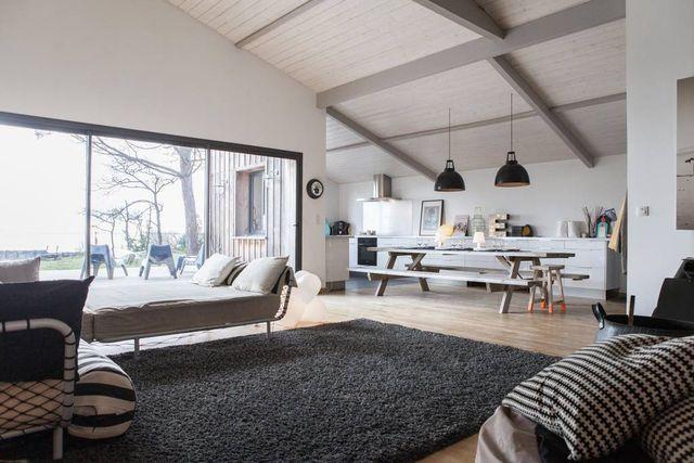 C'est dans le Bassin d'Arcachon, que cette maison en bois de 180m² proposée par Airbnb, est installée en bord de plage. Sa vue sur la mer en font un endroit incomparable pour passer des vacances dans