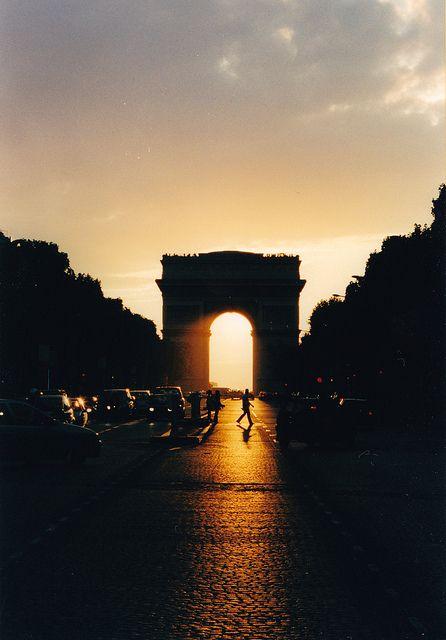 "parisbeautiful: "" Arco del Triunfo, París by jparepir on Flickr. """