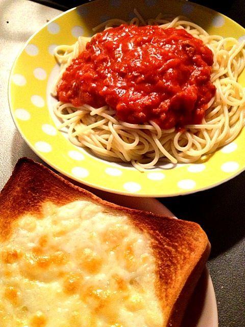 今夜は1人だから、手抜き〜♪( ´▽`)  でもミートスパゲティ大好きっ! - 5件のもぐもぐ - ミートスパゲティANDチーズパン꒰✩'ω`ૢ✩꒱ by chu20120801