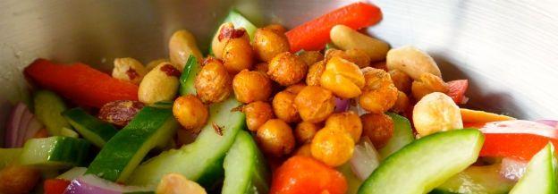 Komkommersalade met geroosterde kikkererwten