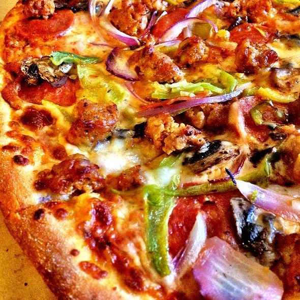 "Deluxe Pizza @ Big Mama's & Papa's Pizzeria in Burbank, CA. Starts at $10.99 for a 10"" Pizza. #PizzaLovers #PizzaPorn"