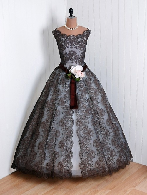 Whoa. Ultra vintage prom dress. --Wow, I really love this. I would feel like Juliet Capulet in this dress<3