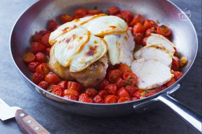 Il petto di pollo al forno con scamorza è un secondi piatto appetitoso realizzato con una panuatura aromatica e un gustoso contorno di pomodorini.
