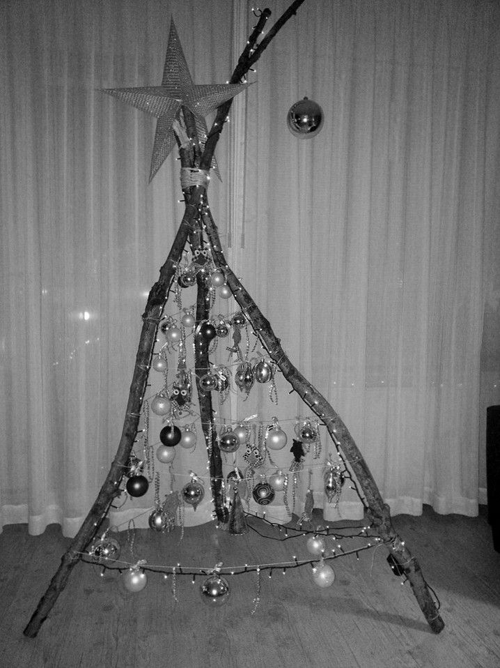 kerstboom van gevonden takken uit het bos. Bovenaan vastmaken als een tipi. draad van boven naar beneden rondspannen en af en toe vastmaken. daarna versieren met van alles wat je nog hebt liggen aan ballen of zelf dingen knippen en knutselen om eraan te hangen