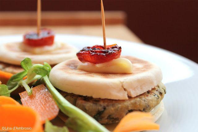 Spadellatissima!: Tigelle con burger di fagioli verdi e Camoscio d'Oro http://www.spadellatissima.com/2013/07/tigelle-con-burger-di-fagioli-verdi-e.html