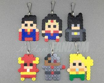 Vengadores Superhero partido favores - señora FANDOM Pixel Art 100% hecho a mano en los Estados Unidos! _____________________________________________  ¡Usted está comprando un conjunto de favores de partido, inspirados en los Vengadores! Estos favores se crean originales señora FANDOM Pixel Art, para añadir un toque único a tu fiesta o evento!  Mi partido favores son hechos a mano, usando un puñado de plásticos, pequeños granos (no tóxico) que son individualmente, entonces derretido…