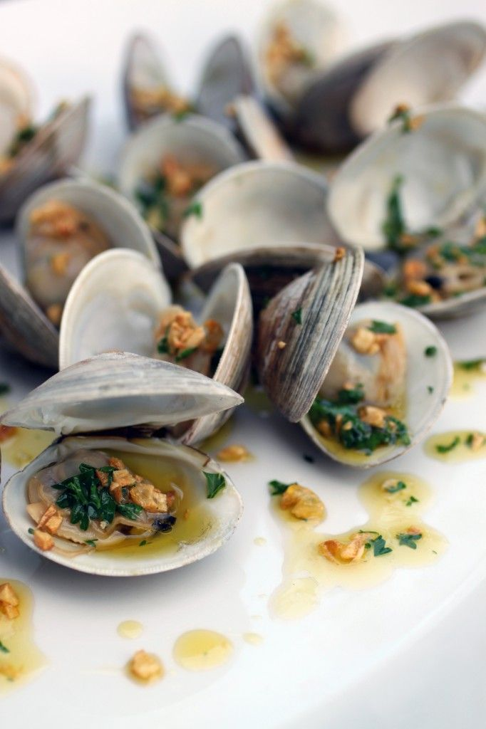 grilled clams with garlic drizzle