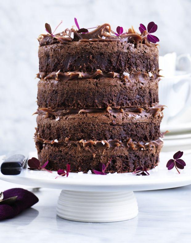 Opskrift på brownie-lagkage med saltkaramel (Recipe in Danish)