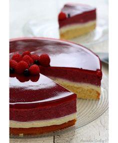 Car il y a 15jours c'était mon anniversaire, j'ai réalisé ce bavarois à la vanille et fruits rouges. Tous les ans je marque le coup en faisant un beau gâteau, type bavarois, entremets... ce sont de gros gâteaux que je ne peux me permette de faire souvent...