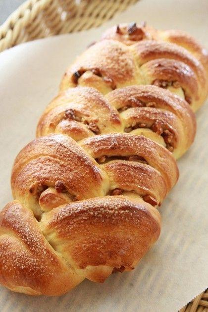 ◆ハチミツ入りのくるみパン◆難しい成形かと思うけれど、実はとっても簡単です。アレンジできるのでプレゼントにもお薦めです。