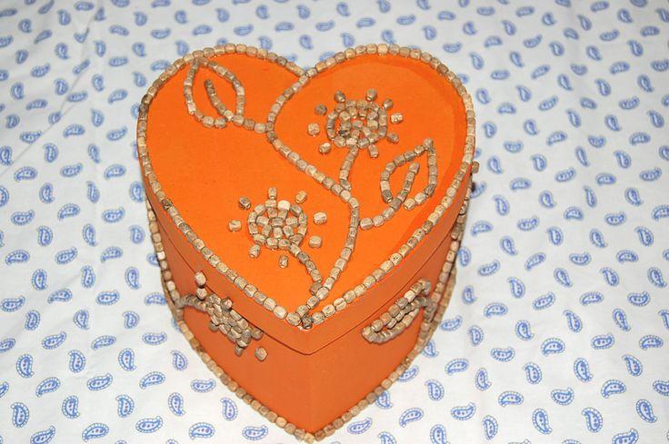"""Boite coeur carton """"Fleurs de perles"""" : peinte et décorée de perles en bois : Boîtes, coffrets par smithycreations"""