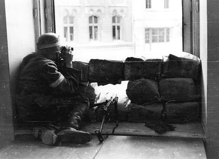 Warsaw Uprising: Watching of German positions in Saxon Garden from observation point in a towmhouse on the corner of ulicy Marszałkowskiej and Moniuszki.