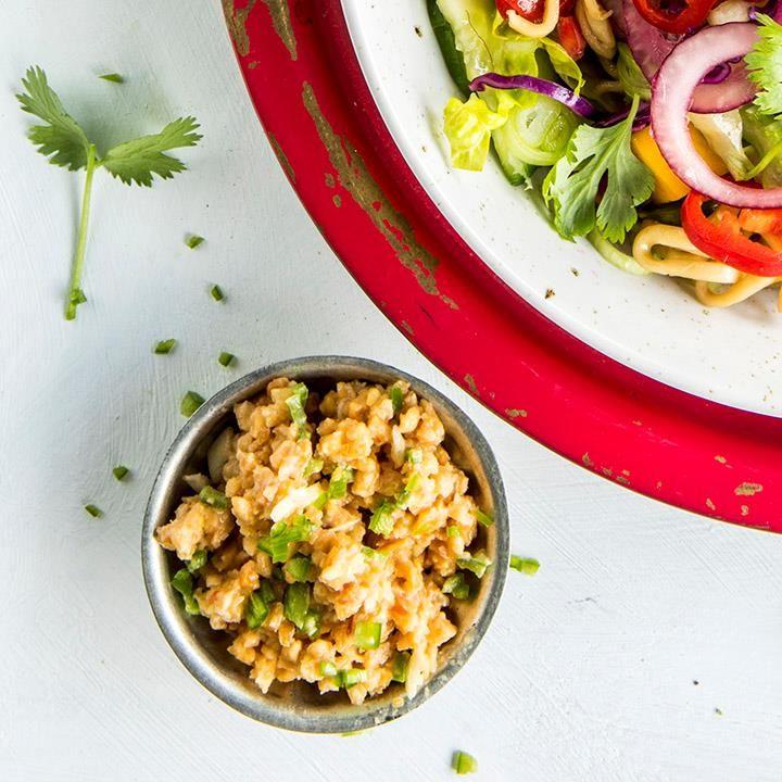 Peanøttkrem lager du på bare få minutter! Peanøttkrem er fantastisk som tilbehør til en asiatisk nudelsalat, sommerruller eller satayspyd.